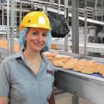 Costarricenses producen 2.200 docenas de pan por hora para satisfacer demanda de McDonald's