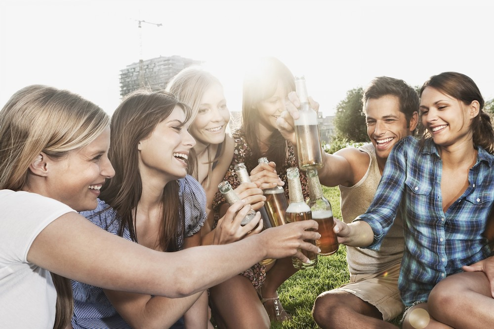 https://ekaenlinea.com/wp-content/uploads/2016/06/cerveza-brindis-jovenes-alcohol-corbis.jpg