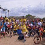 Colaboradores de DHL entregan bicicletas a niños en Guanacaste