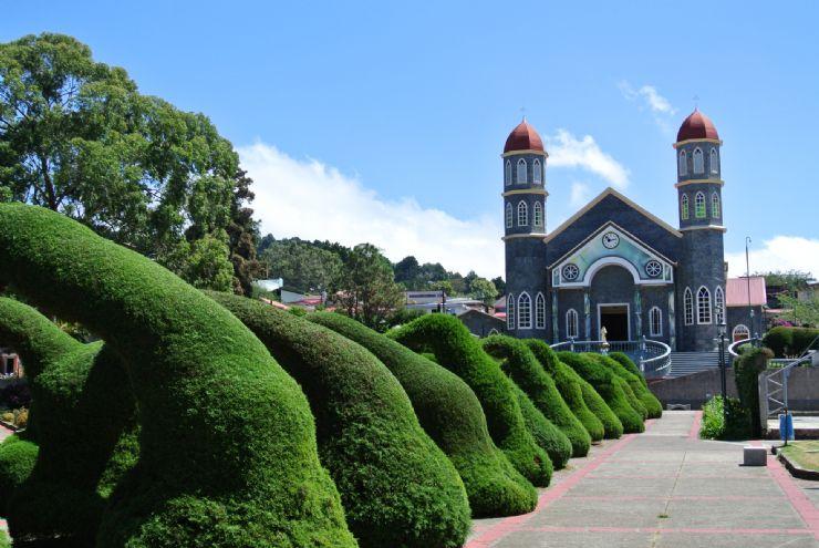 https://ekaenlinea.com/wp-content/uploads/2018/03/full-zarcero-church-with-gardens.jpg