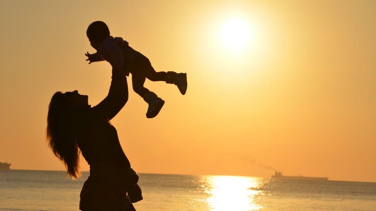 https://ekaenlinea.com/wp-content/uploads/2018/08/mother-daughter-love-sunset-51953-1280x720.jpeg