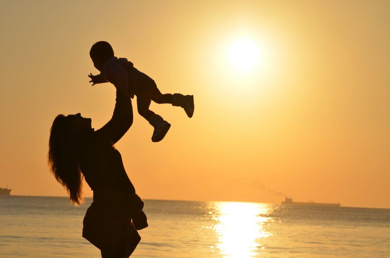 https://ekaenlinea.com/wp-content/uploads/2018/08/mother-daughter-love-sunset-51953-1280x848.jpeg