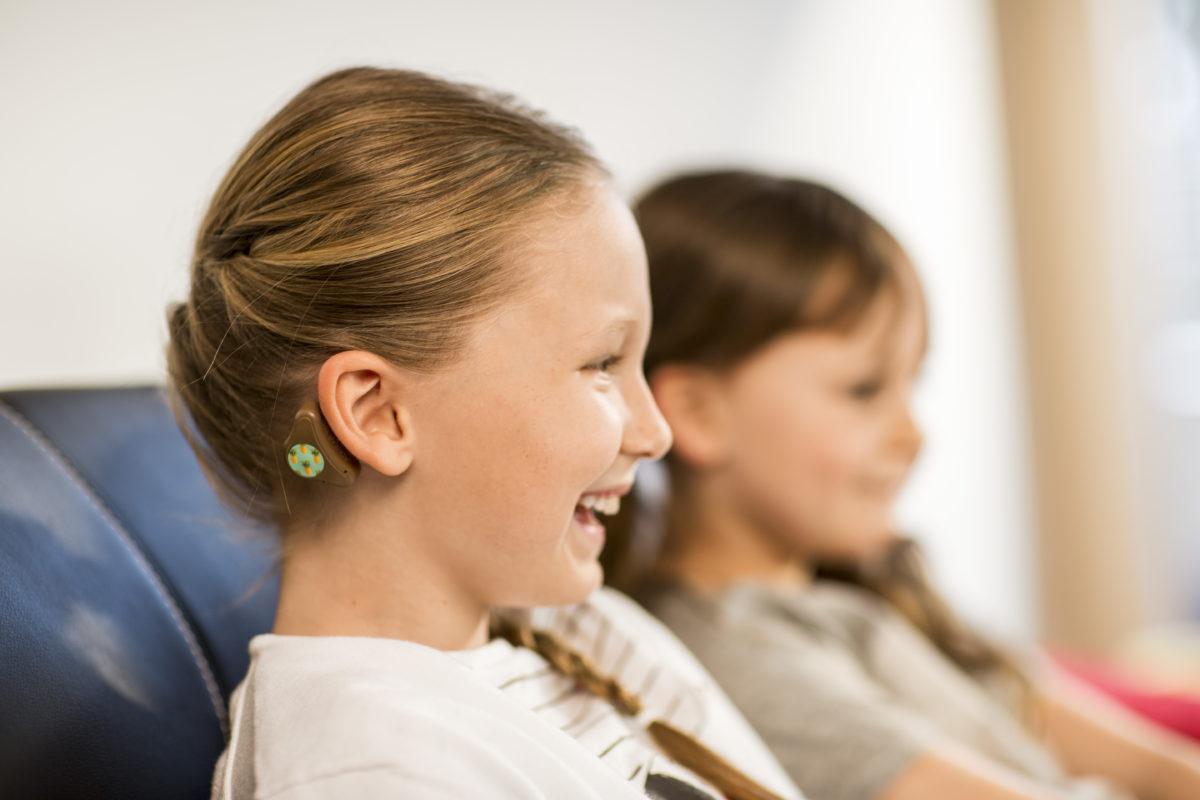 Tecnología mejora problemas auditivos a través de un dispositivo con sistema inteligente