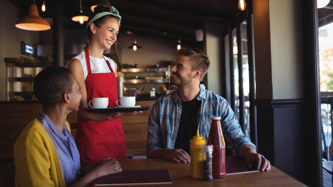 https://www.ekaenlinea.com/wp-content/uploads/2019/06/waitress-interacting-with-customer-46P7U5Q-1280x720.jpg