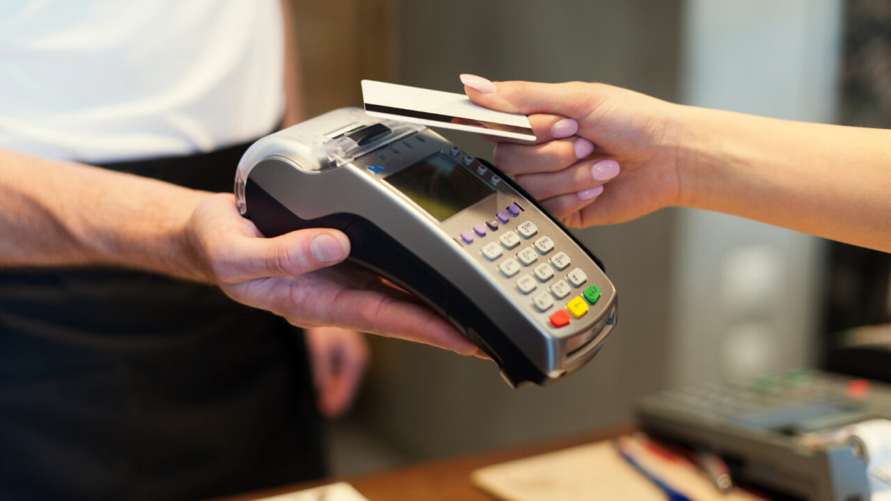 https://ekaenlinea.com/wp-content/uploads/2021/08/close-up-of-customer-paying-by-credit-card-1280x720.jpg