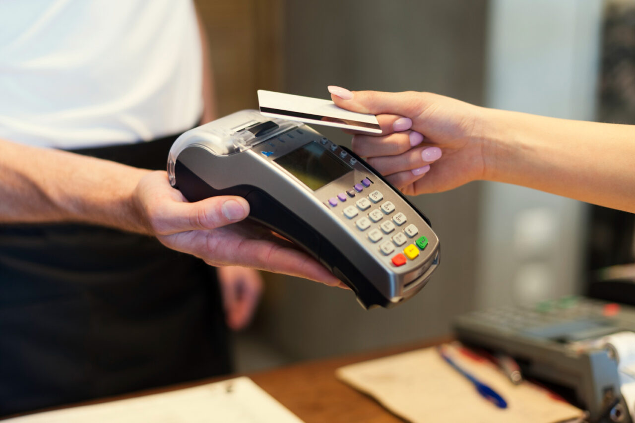 https://ekaenlinea.com/wp-content/uploads/2021/08/close-up-of-customer-paying-by-credit-card-1280x853.jpg